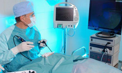 Эндоскопическая операция по удалению грыжи предпочтительней, т.к. является менее травматичной для организма