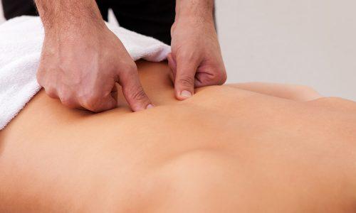 Массаж при грыже поясничного отдела способствует устранению болевого синдрома, снятию спазмов в мышцах и отека, которые появляются при таком заболевании в области поясницы