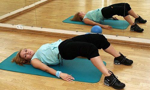 ЛФК вводится спустя 4-5 недель после удаления грыжи. Большинство упражнений выполняются в положении лежа, что помогает избежать переутомления и травм