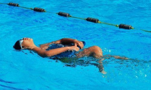 Это наиболее щадящий стиль плавания, который рекомендуется пациентам для начала занятий. Мышцы здесь расслаблены, нагрузка на позвоночник минимальна