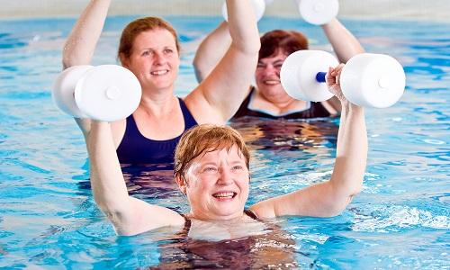 Аквааэробика и плавание при грыже поясничного отдела позвоночника являются наилучшим видом оздоровительных тренировок