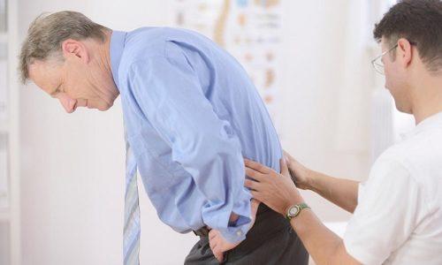 Сильные, даже парализующие человека боли в спине свидетельствуют о развитии на фоне грыжи радикулита. Появление этих опасных симптомов считается поводом для срочного обращения в поликлинику или вызова машины скорой помощи