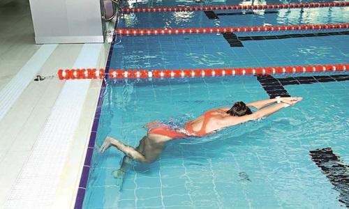 При скольжении нужно лежа животом вниз и отталкиваясь от бортика ногами, необходимо как можно сильнее вытянуться в горизонтальном положении и скользить по поверхности воды руками вперед