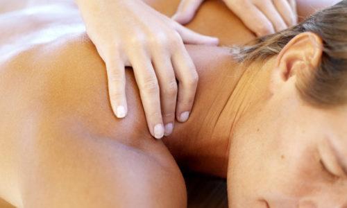 При отсутствии сильных болей пациентам можно делать массаж при грыже шейного отдела позвоночника