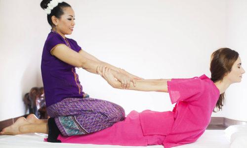 При проведении тайского массажа используются надавливания различной интенсивности, растяжка, точечное воздействие, приемы мануальной терапии