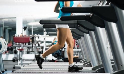 Первые занятия лучше проводить на тренажере - беговая дорожка поможет выработать скорость, не вызывающую дискомфорт