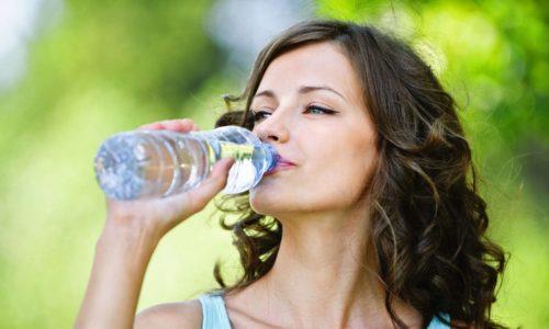 Человеку, страдающему грыжей позвоночника, следует выпивать не менее 2-3 л чистой родниковой и минеральной воды в день