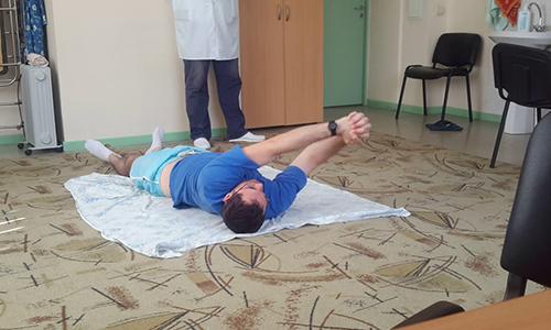 Реабилитация после удаления межпозвоночной грыжи поясничного отдела позвоночника заключается в выполнении комплекса упражнений, приеме назначенных доктором медикаментов, физиотерапии