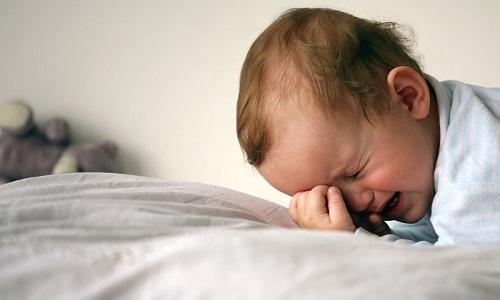 Внимательное наблюдение показывает, что выпячивание в паху у ребенка усиливается после плача
