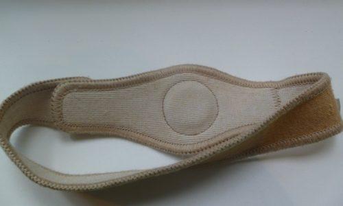 Бандаж, который назначается при грыже, представляет собой широкий пояс, оснащенный ограничителем