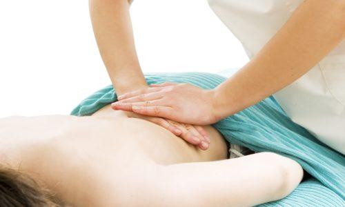 Массаж при грыже позвоночника помогает снизить нагрузку на пораженную область, уменьшая тяжесть протекания заболевания