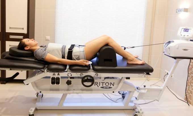 При грыже позвоночника лечащий врач может порекомендовать больному аппаратную процедуру вытяжения