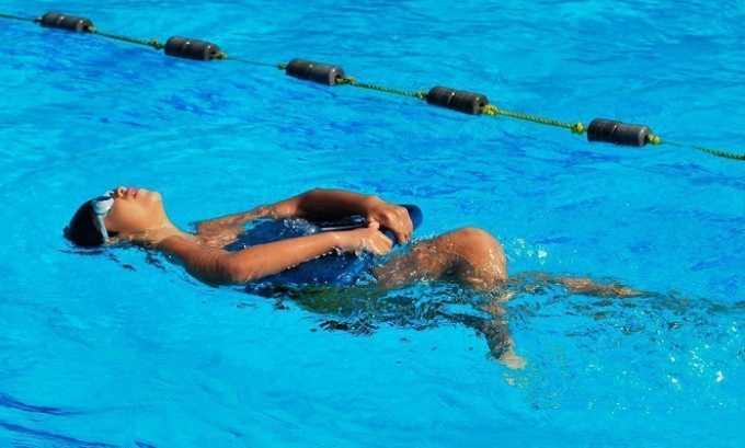 Полезно плавать в бассейне для снятия напряженности в поясничном отделе