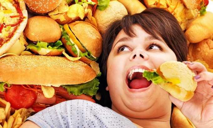 Употребление пищи, способствующей появлению запоров также может стать причиной появления ущемления пупочной грыжи