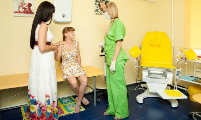 Для выявления паховых выпячиваний производят опрос ребенка и родителей