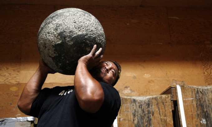 Подъем тяжестей ведёт к снижению амортизирующих свойств позвонков и формированию грыжи