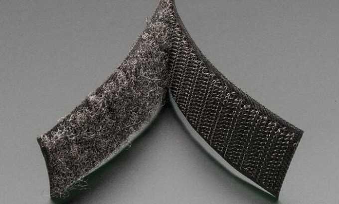 Бандаж-пояс крепится на липкой ленте, что позволяет корректировать степень давления