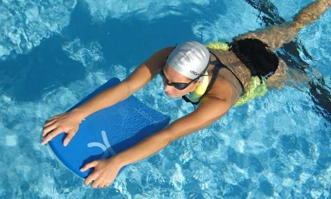 При плавании с доской плавательную доску следует держать в вытянутых руках спереди