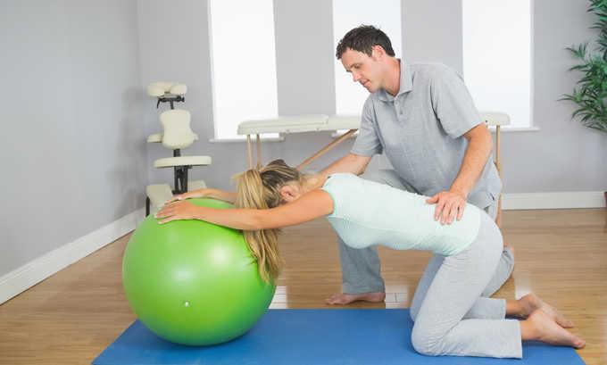 Чтобы укрепить мышцы и устранить травмирующие явления, пациенту назначается курс ЛФК