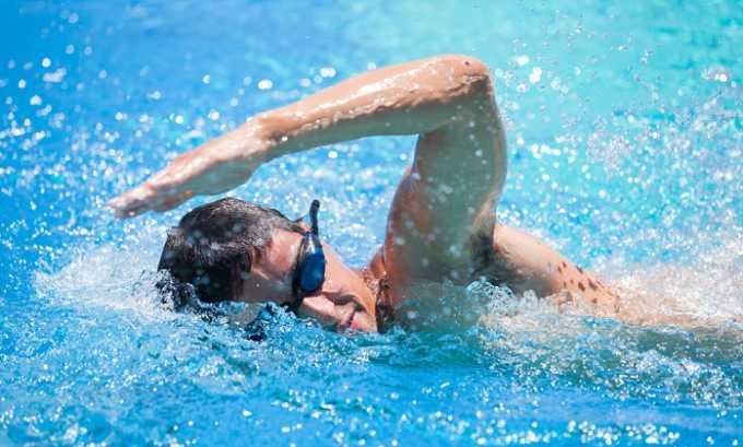 Несколько раз в неделю пациентам советуют плавать в бассейне стилями брасс и кроль на протяжении 60 минут