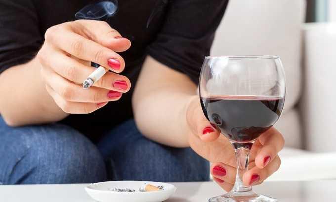 Употребление алкоголя и курение способствуют развитию патологии у малыша, который находится в утробе матери