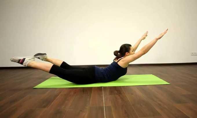 Первое упражнение при грыже грудного отдела позвоночника: необходимо лечь на живот и поднимать конечности
