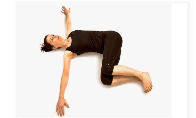 Упражнение для растягивания мышц — лежа на спине с согнутыми в коленях ногами, руки разведены в стороны. Медленно опускают колени на пол из одной стороны в другую