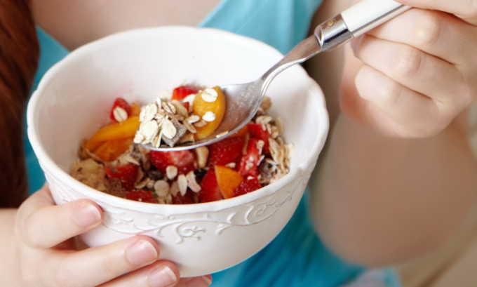 Диетическое питание является составной частью консервативной терапии грыжи белой линии живота