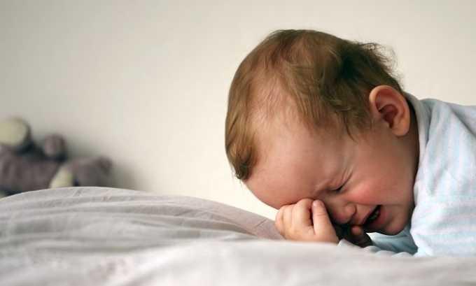 Заметить, что с ребенком не все в порядке, можно по его беспокойному сну. Нужно обратиться к врачу, который может прописать ребенку ношение шейной шины