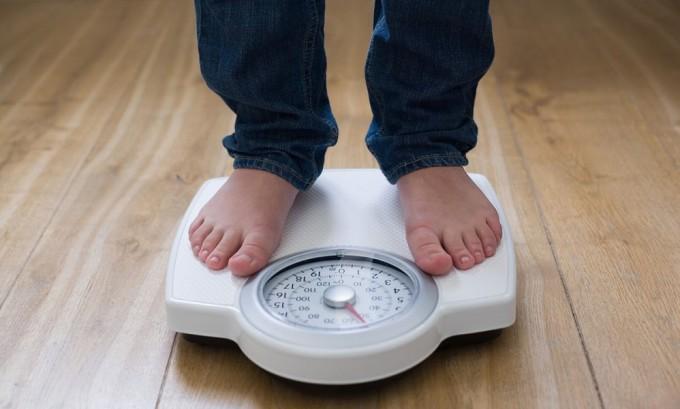 Развитие приобретенной пахово-мошоночной грыжи происходит у людей, имеющих ослабленные мышцы и связки брюшной полости из-за влияния лишнего веса