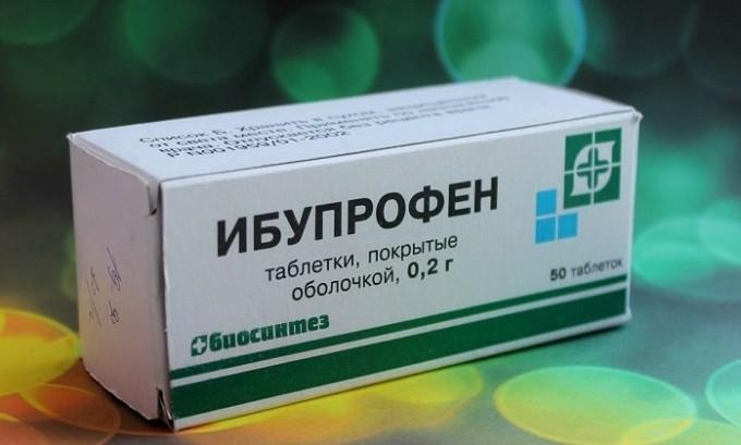 Чтобы устранить неприятные ощущения при онемении ног врач может прописать больному препарат Ибупрофен