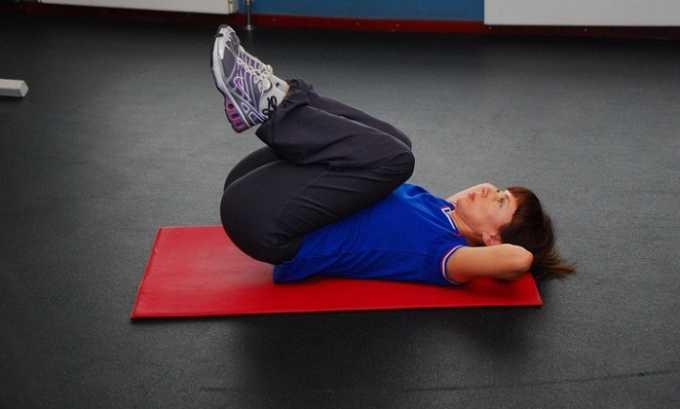 Второе упражнение при грыже: нужно в положении лежа подтянуть ноги к груди