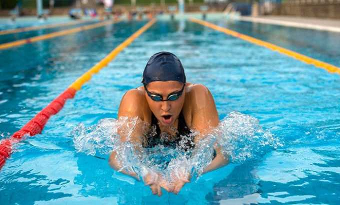 Плавая брассом, не надо делать резких движений с широкой амплитудой и пытаться развить большую скорость