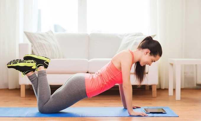 Тренировки можно проводить дома, но перед этим требуется проконсультироваться у ортопеда и невролога, узнать о противопоказаниях