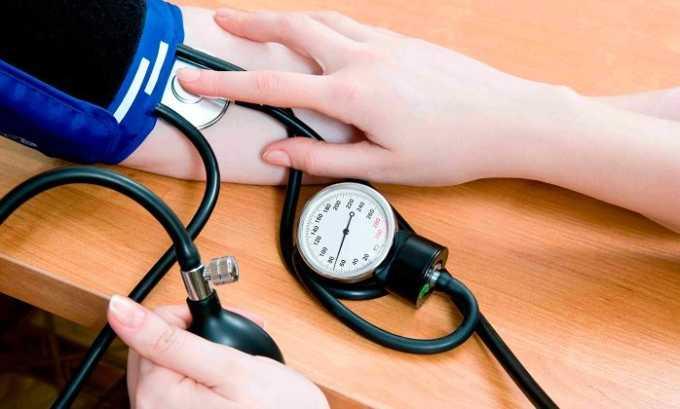 Один из симптомов паховой грыжи с ущемлением - это понижение артериального давления