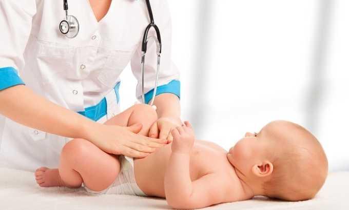 Наложить лейкопластырь для пупочной грыжи может только врач, так как предварительно нужно вправить выпяченный орган в брюшную полость