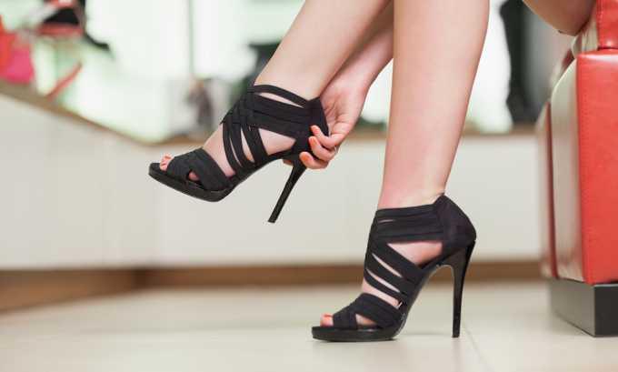 Рекомендуется отказаться от обуви на высоком каблуке
