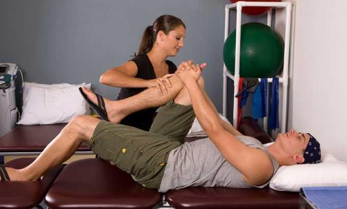 Выполнение упражнений на растяжку нужно проводить только под контролем специалиста, знакомого с особенностями тренировок людей с позвоночной грыжей, односторонними и двухсторонними протрузиями