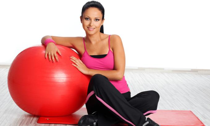 Многим подходит пилатес - комплекс упражнений для позвоночника, при котором нагрузка распределяется равномерно на все мышцы группы