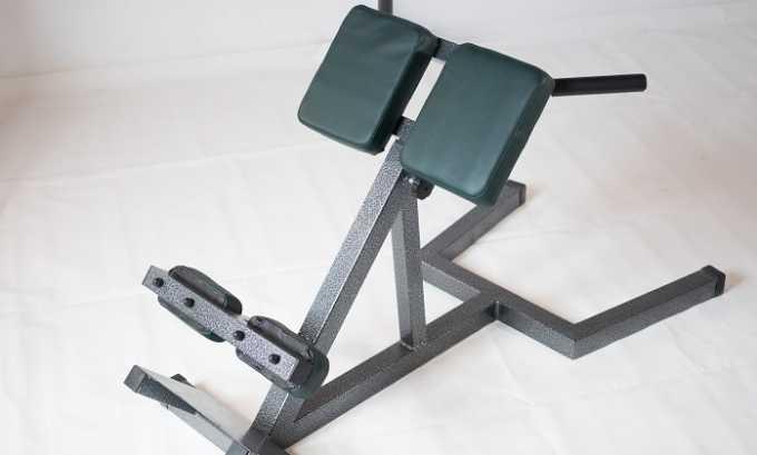 Для укрепления мышечного корсета спины следует заниматься на тренажере для гиперэкстензии