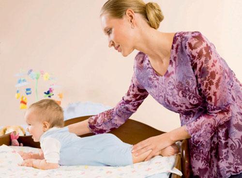 Фото: выкладывание младенца на животик