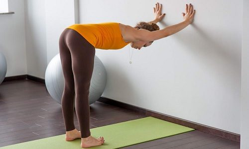 Асанами называются позы в йоге. Они не требуют от человека особенных усилий и не заставляют организм напрягаться больше, чем он на то способен