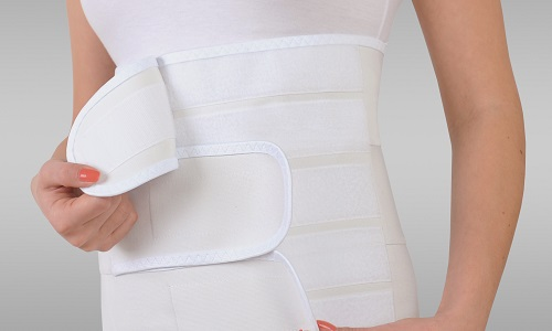 Фиксация бандажа осуществляется при помощи текстильной застежки (липучки, ленты Velcro, контакт-ленты) либо съемной эластичной стяжки