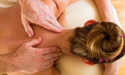 При грыже показано комплексное лечение, в которое входит массаж