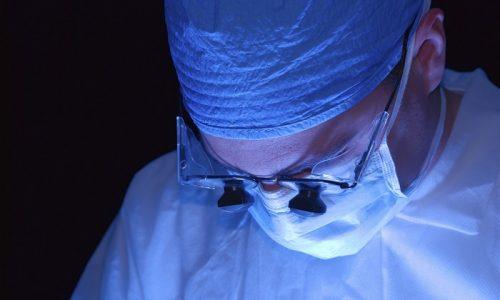 Во время лазерного удаления межпозвоночной грыжи нейрохирург вводит гибкий оптоволоконный световод, в который затем подается энергия от лазерного аппарата, происходит нагрев и закипание жидкости диска