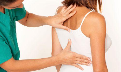 При обеих разновидностях грыжи боль распространяется по обе стороны позвоночного столба, но при пальпации острые болевые ощущения появляются с той стороны, куда выпячивается ядро