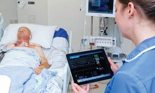 Первые дни после операции на позвоночнике проходят в постельном режиме, пациент получает интенсивное медикаментозное лечение
