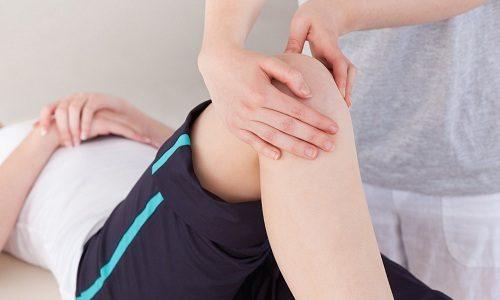 Когда грыжа начинает сдавливать нервы, больной жалуется на ограничение подвижности коленного сустава