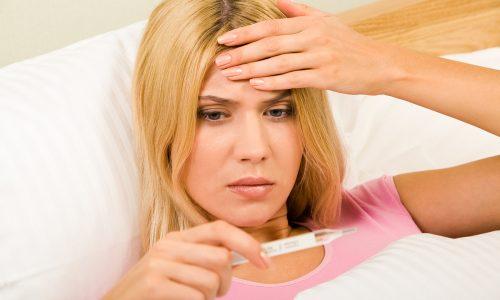 При постепенном развитии эпигастральная патология провоцирует ухудшение общего состояния, появляются частые головные боли, может повыситься температура, человек чувствует себя вяло, подавленно, быстро устает даже при малейших физических нагрузках