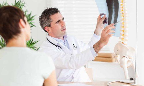 Опытные врачи знают, что грыжа Шморля в грудном отделе позвоночника при отсутствии должного лечения приводит к искривлению спины и другим осложнениям